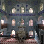 Tahir-Eksioglu-Kardesler-Camii-avize-minber-1200x800