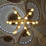 mimar-sinan-camii-ic-kubbeler-kandiller-hatt-yazilar-1200x800