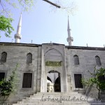 yeni-valide-camii-giris-minareler-kapi-merdiven-sadirvan-1200x800