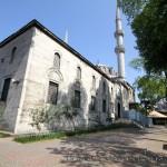 yeni-valide-camii-uskudar-bahcesi-minare-duvarlar-1200x800