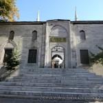 yeni-valide-camii-uskudar-merdivenler-minareler-giris-1200x800