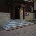 haci-ilyas-yatagan-camii-fatih-kapi-giris-avlu-1200x800