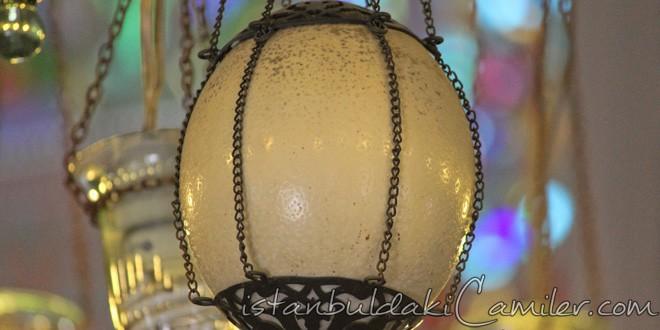 Tarihi camilerde neden örümcek ağı bulunmaz: Deve kuşu yumurtası.